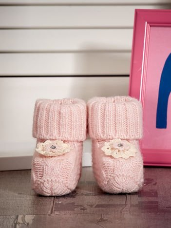 Jasnoróżowe dziergane miękkie buciki dziewczęce z diamencikami