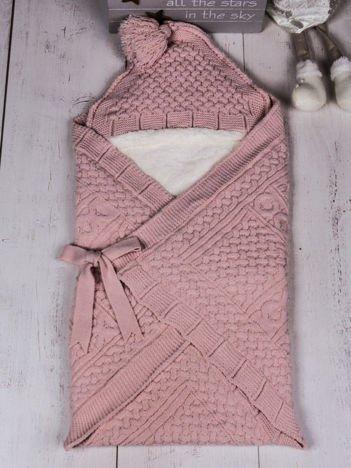Jasnoróżowy becik rożek niemowlęcy ocieplony futerkiem dla dziewczynki