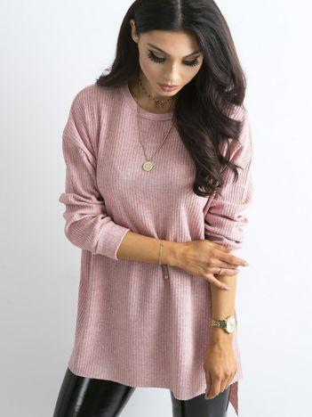 Jasnoróżowy dłuższy sweter oversize w prążek