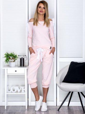 Jasnoróżowy komplet z kokardami spodnie i bluzka