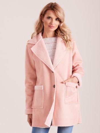 Jasnoróżowy płaszcz ze sztucznego futra