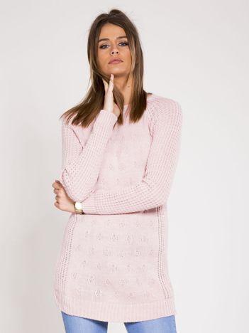 Jasnoróżowy sweter we wzory