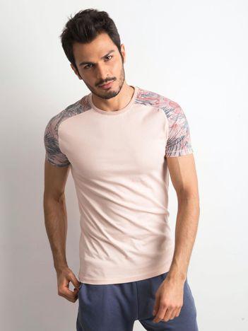 Jasnoróżowy t-shirt męski z nadrukiem na rękawach