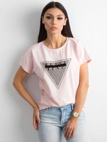 Jasnoróżowy t-shirt z aplikacją i wycięciem z tyłu