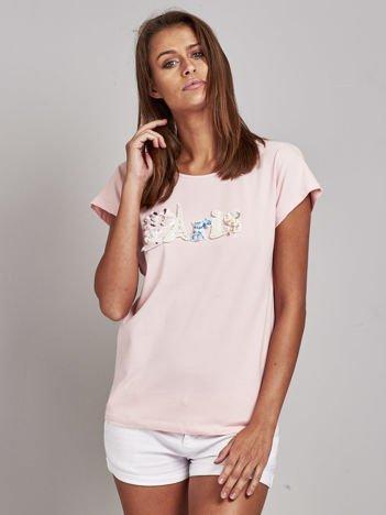 Jasnoróżowy t-shirt z biżuteryjnym napisem PARIS