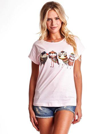 Jasnoróżowy t-shirt z motywem ptaków