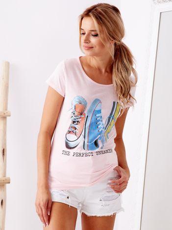 Jasnoróżowy t-shirt z nadrukiem trampek
