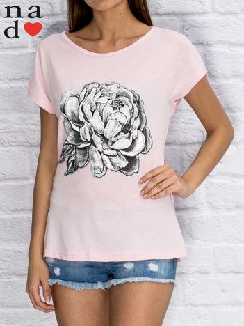 Jasnoróżowy t-shirt z różą