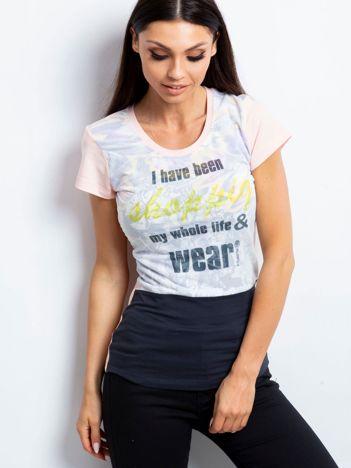 Jasnoróżowy t-shirt z tekstowym nadrukiem