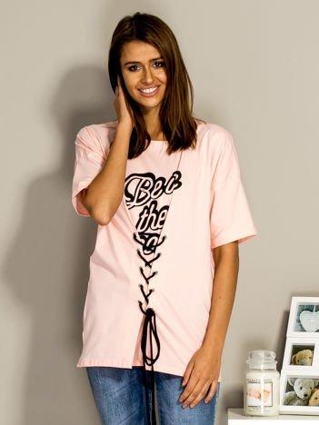 Jasnoróżowy t-shirt ze sznurowaniem