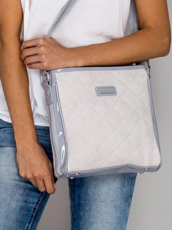 Jasnoszara pikowana torba listonoszka z lakierowanymi wstawkami