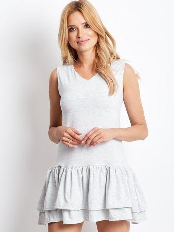 Jasnoszara sukienka z warstwowymi falbanami
