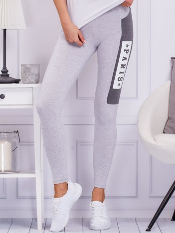 Jasnoszare legginsy z printem na nogawce