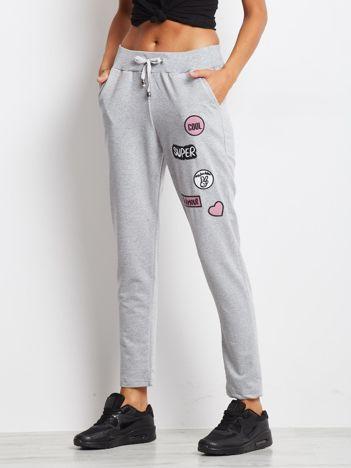 Jasnoszare spodnie dresowe z naszywkami