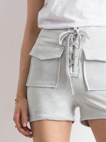 Jasnoszare szorty lace up o zamszowej fakturze