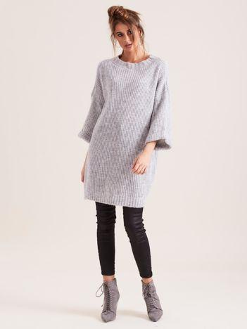 Jasnoszary długi sweter z dzianiny