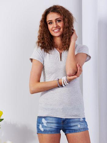 Jasnoszary t-shirt z biżuteryjną wstawką