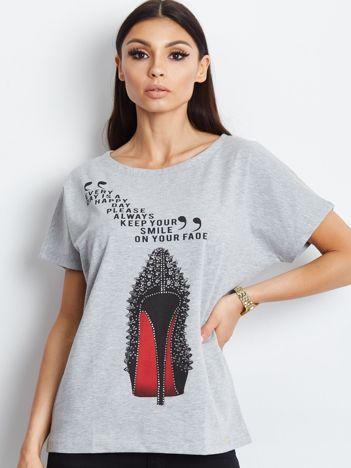 Jasnoszary t-shirt ze szpilką