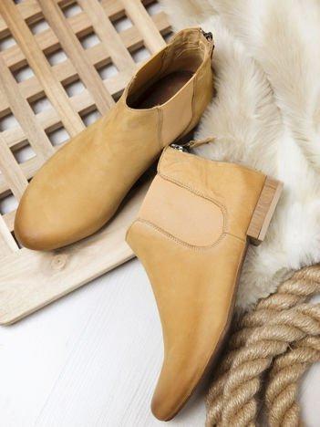 Kamelowe nubukowe botki do kostek Maciejka z ozdobnym suwakiem na pięcie