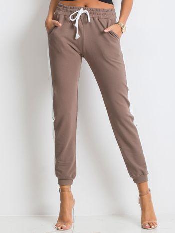 Kawowe spodnie Carter