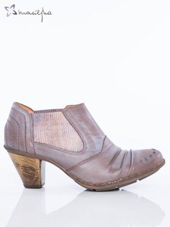 Khaki skórzane botki Maciejka z ozdobnymi dżetami na przodzie, gumkami po bokach, marszczoną cholewką na niskim asymetrycznym obcasie