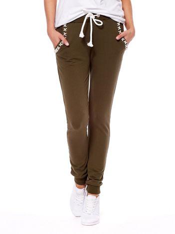 Khaki spodnie dresowe z perełkami przy kieszeniach