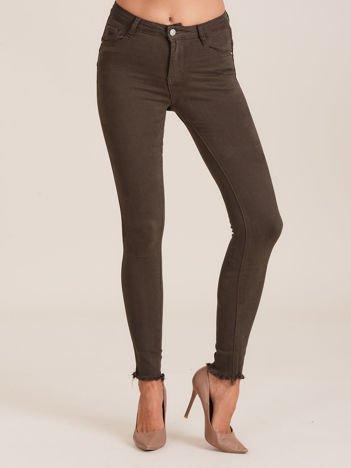 Khaki spodnie z wystrzępionymi nogawkami