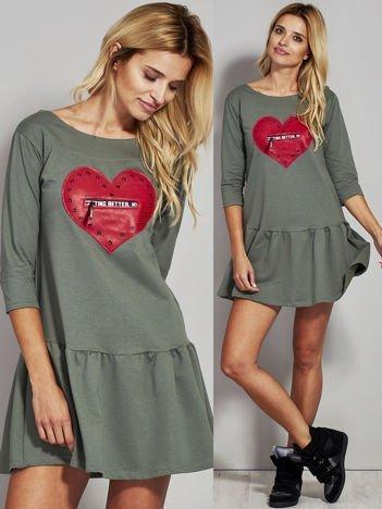 Khaki sukienka dresowa ze skórzanym sercem