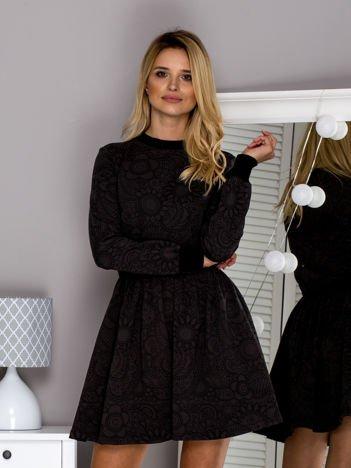 Khaki sukienka w ornamentowe wzory