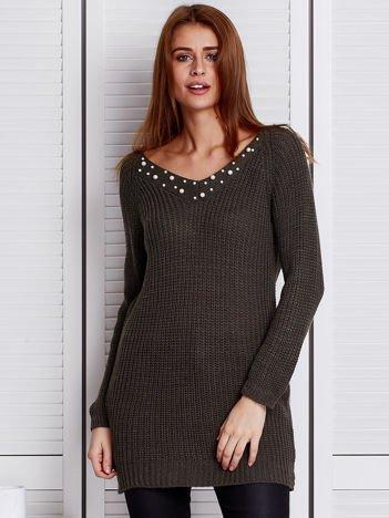 Khaki sweter z perełkami przy dekolcie