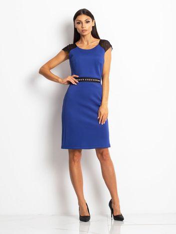 Kobaltowa sukienka koktajlowa z siatkowymi wstawkami przy dekolcie