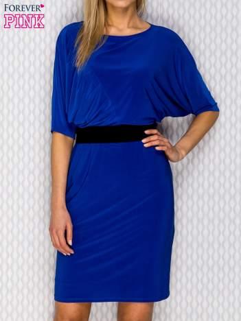 Kobaltowa sukienka wieczorowa z marszczeniam