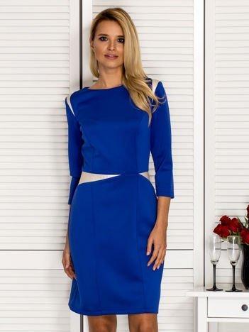 Kobaltowa sukienka z kontrastowymi skórzanymi wstawkami