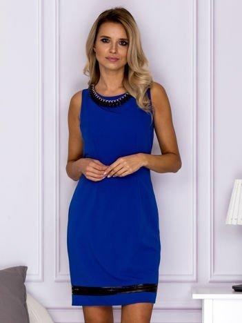 Kobaltowa sukienka z łańcuszkiem