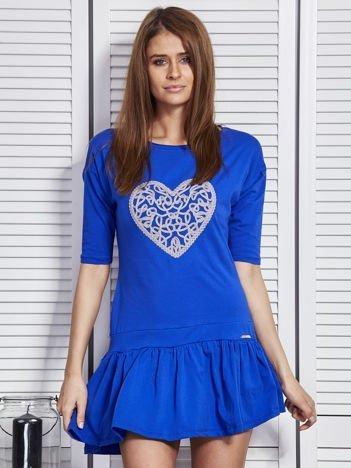 Kobaltowa sukienka z ozdobnym sercem