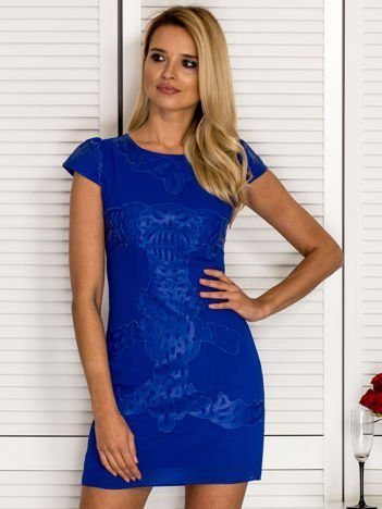 Kobaltowa sukienka z ozdobnym skórzanym wzorem