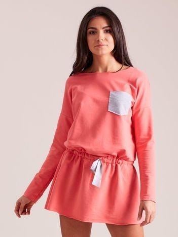 Koralowa dresowa sukienka z kieszonką