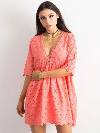 Koralowa sukienka o luźnym kroju