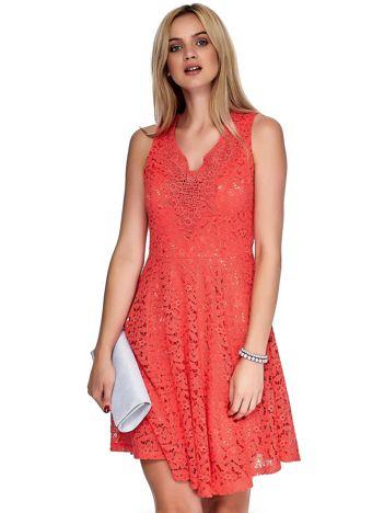 Koralowa sukienka z koronki z ozdobnym dekoltem