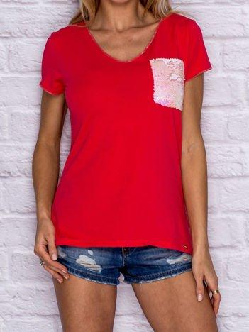 Koralowy t-shirt z cekinową kieszonką