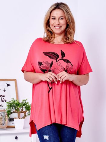 Koralowy t-shirt z kwiatem PLUS SIZE