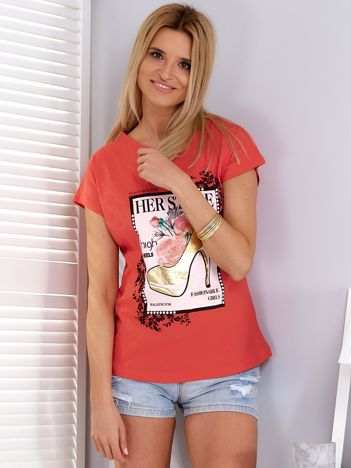Koralowy t-shirt z nadrukiem szpilki