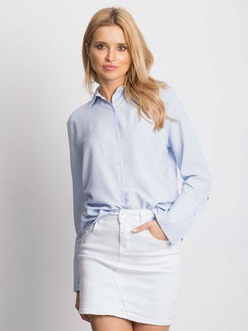 Koszula damska z wycięciem i kokardami z tyłu jasnoniebieska