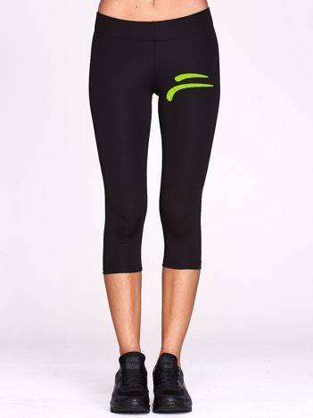 Krótkie legginsy na siłownię ze sportowym znaczkiem czarne