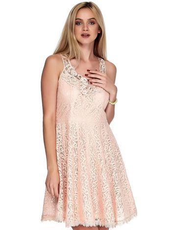 Łososiowa koronkowa sukienka z ozdobnym dekoltem