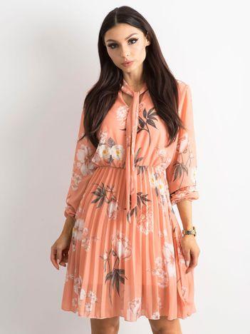 Łososiowa sukienka w kwiaty