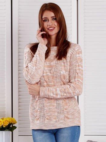 Łososiowy melanżowy sweter z warkoczowymi splotami