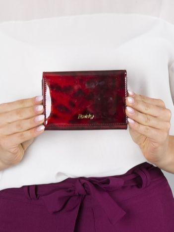 Mały czerwony portfel skórzany we wzór pantery