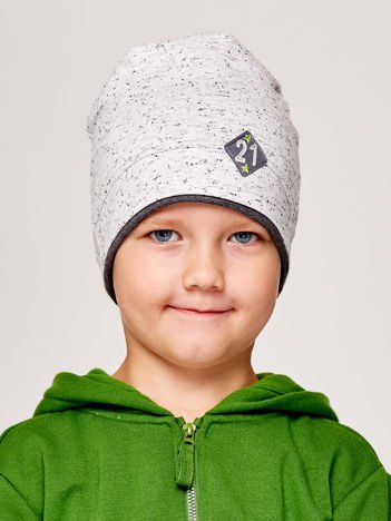 Melanżowa czapka chłopięca z naszywką 21 szara
