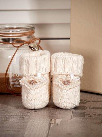 Miękkie buciki dziewczęce wyszywane perełkami ecru